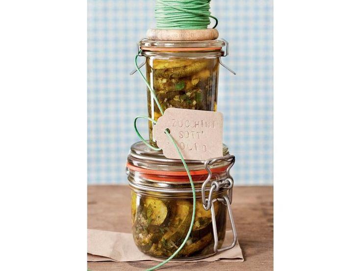 Als Vorspeise oder als köstliche Beilage - die eingelegten Kräuter-Zucchini schmecken prima. Die Einmachgläser lassen sich auch toll verschenken.