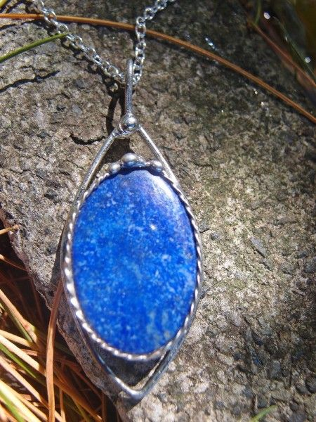 Predstavujem Vám originálne šperky z dielni Katu-Hula. Materiál: lapis lazuli (prináša nám vnútornú harmóniu, prebúdza lásku a vnímavosť), vlastná zliatina strieborného cínu a medi,...