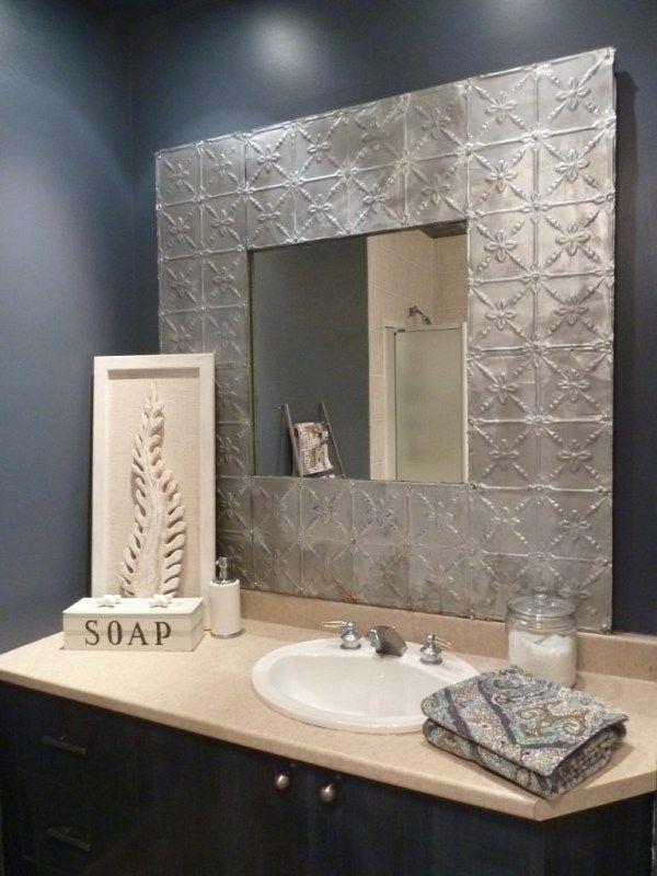un cadre avec tuiles de plafond en métal. On trouve encore parfois ces vieilles tuiles qui, au début du XXe siècle, étaient très populaires pour recouvrir les plafonds des maisons canadiennes, car elles coûtaient moins cher que le plâtre.  C'est assez simple à réaliser. Mais le miroir et son cadre sont très lourds.