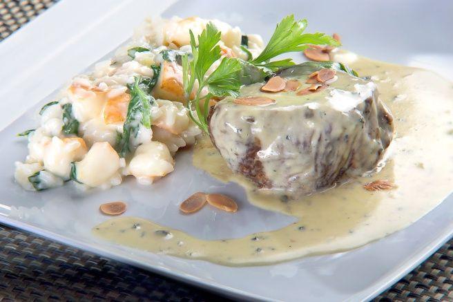 Filé Mignon ao Molho Gorgonzola com Risoto de Pera e Rúcula//  – 180 grs de filet mignon – 80 grs de arroz carnaroli pré-cozido – 30 grs de queijo gorgonzola – 20 grs de manteiga – 1/2 pera – 1/4 maço de rucúla – 30 ml creme de leite fresco – 20 grs de queijo parmesão – Cebola picada á gosto – Alho picado á gosto
