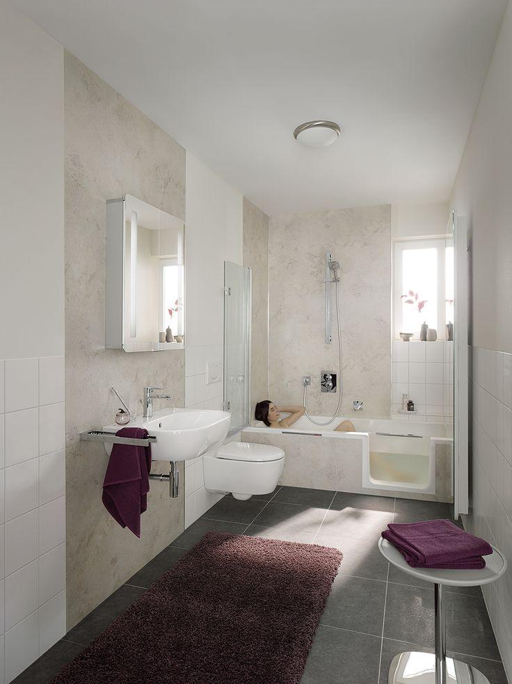 Eine schicke #Badewanne mit #Einstieg - und dazu passend ein geschickt gesetztes  Design mit wechselnden Flächen und farbigen Highlights. EInfach toll! Mehr auf www.wohn-dir-was.de Bild: HSK