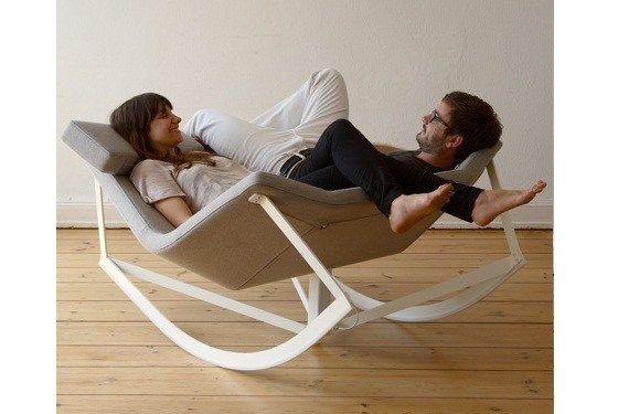 Sway est un fauteuil à bascule, un châssis en acier et une assise rembourrée… On peut l'utiliser comme fauteuil classique ou même fauteuil à bascule. Un super siège à facettes qui s&rsq…