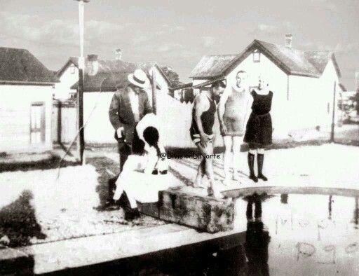 Uno de los pasatiempos favoritos de Villa era nadar, aqui estaba en la Hacienda del Agua, en Mapimí Durango en 1920.