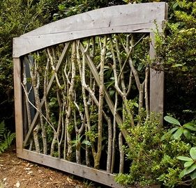 Garden - Garden Privacy Wall - VERY cool... Maybe I can do something like this for the front yard.