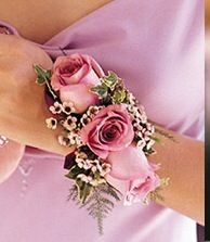 Fiori al polso...glamour che mai.. Alessandro Tosetti www.tosettisposa.it Www.alessandrotosetti.com #wedding #weddingdress #tosetti #tosettisposa #nozze #bride #alessandrotosetti #carlopignatelli #domoadami #nicole #pronovias #alessandrarinaudo # زواج #брак #فساتين زفاف #Свадебное платье #حفل زفاف في إيطاليا #Свадьба в Италии