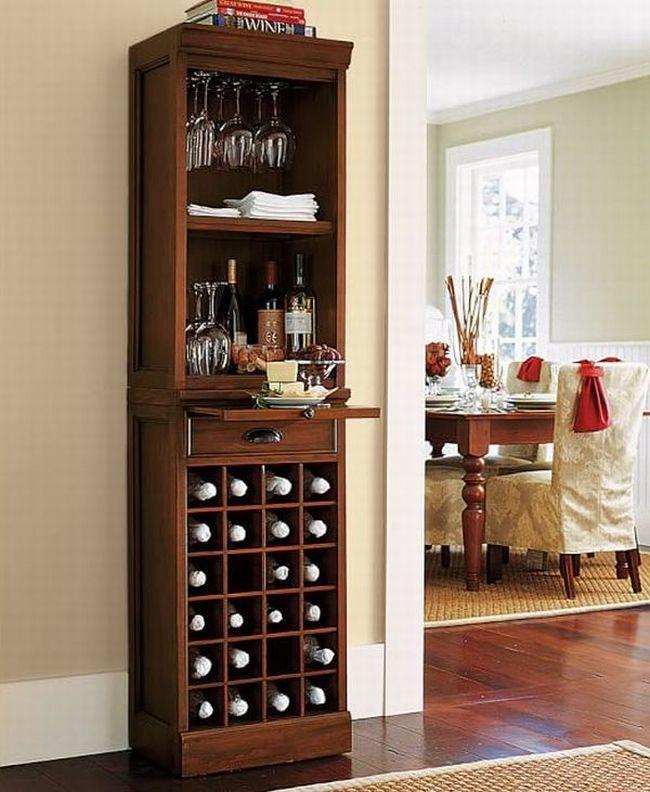 Elegancka, wąska i smukła szafka, która bez problemu zmieści się w większości salonów. Tradycyjna, luksusowa forma i ponadczasowy design sprawią, że zawsze będzie efektownie wyglądać we wnętrzu Twojego domu. Dodatkowo ciepła, drewniana barwa drewna. Zainspiruj się! 50 ciekawych rozwiązań na miejsce na alkohol w domu na blogu u Pani Dyrektor - zapraszam!