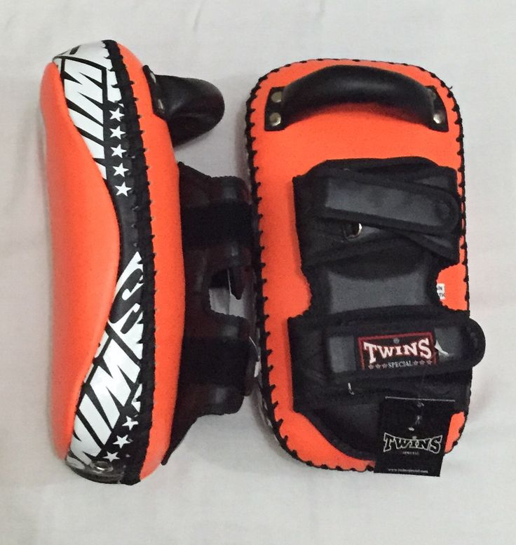 TWINS Kicking Pads Made in Thailand. PRICE: IDR 1,600,000.00  COLOR:   Orange  Contact:  House Of Gloves   Whatsapp: +6281290248044  Instagram: hsboxinggloves   LINE : houseofgloves   BBM: 51284F0F  #boxingshop#twinsshop#boxinggloves#mma#bjj#boxer#kickboxing#thaiboxing#fighter#gloves#bellyprotector#bellypad#focusmitts#punchingpad#kickingpads