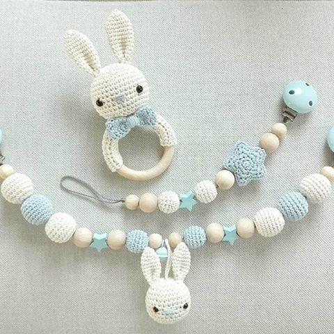 ...und noch ein Set aus Rassel, Kinderwagenkette und Schnullerkette. Ganz beliebt: creme mit hellblau @mr_mrs_bal #häkeln #babyboy #baby2017 #baby2016 #kinderwagenkette #rassel #schnullerkette #handmade #teamblau #tina_empunkt