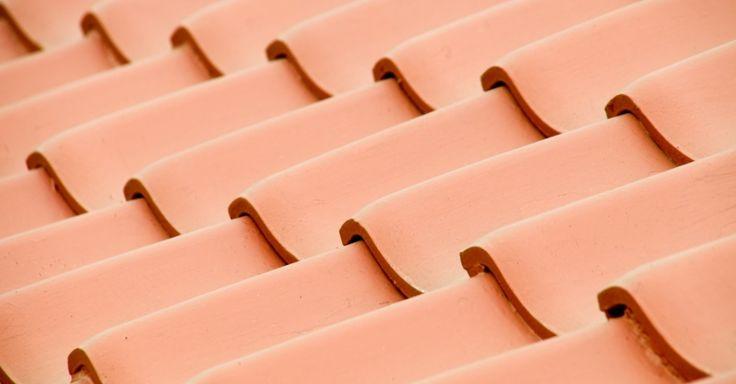 As importunas goteiras dentro de casa são o sinal mais evidente de que o telhado está com problemas. Este e outros sintomas como infiltrações e transbordam...