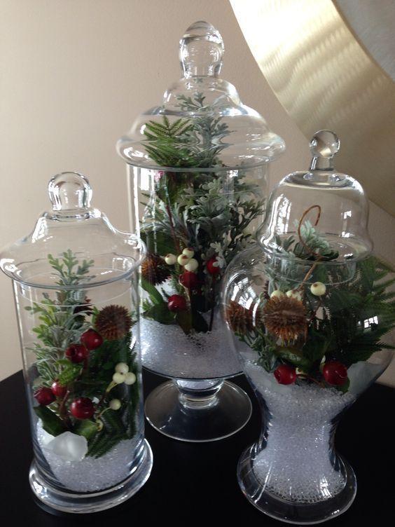 Crea hermosos adornos navideños utilizando toda clase de recipientes de vidrio o cristal (peceras, tazones, jarrones, floreros, copas, frascos, etc.) y coloca dentro elementos navideños,tendrás una decoración hermosa, fácil y rápida. Expresa tu creatividad y estilo de una manera artística al decorar tu hogar en Navidad.Una manera creativa de decorar mesas, chimeneas, estantes o cualquier …