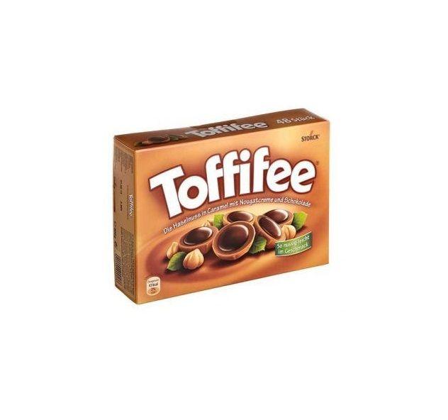 Bir dönem Almanya dönüşü getirilen efsane çikolatadır Toffifee :)  Toffifee Karamel ve Çikolata Kaplı Fındıklı Nuga * Kakao oranı %12. Karamel oranı %41. Fındık oranı %10. * Türkiye'nin neresinde yaşarsanız yaşayın artık Çikolata Limanı ile ulaşabileceğiniz Toffifee Almanya çikolatasıdır  www.cikolatalimani.com