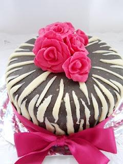Pe masa din bucatarie: Tort zebra cu trandafiri roz ciclamen