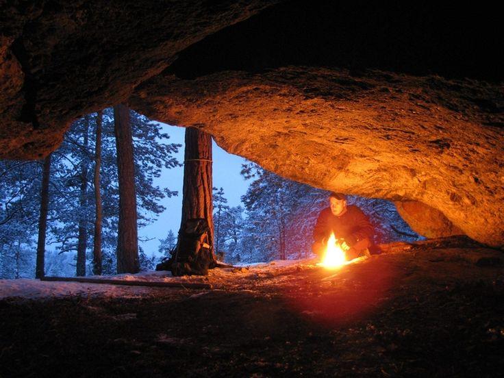 Maskun Mätikänluola metsän keskellä on tarjonnut suojaa isoltavihalta, ja sen kerrotaan olleen suurvaras Sika-Kyöstin piilopaikka. Luolan perältä valokiilan osoittamalta seinältä löytyi maalausjälki, jota on pidetty merkkinä kivikauden temppelistä.