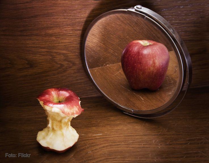 (img emociaolabras 1) En la imagen que vemos a continuación hayamos la singular situación de una manzana que esta delante de un espejo. Con lo cual esta metáfora nos puede hacer alusión a la enfermedad mental y psicológica que representa la anorexia, puesto que en el reflejo esta entero y en realidad no lo está.
