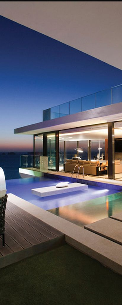 SAOTA Great contemporary design. I love how your eye is drawn out to the infinity edge towards the view. Pinned onto Pool Design by Darin Bradbury.