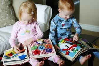 V provozu :-) Zde je vidět i velikost knížky vzhledem k dítěti.