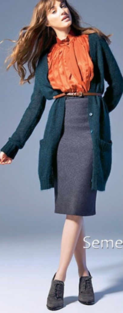 Оранжевый кардиган, серая юбка, зеленая сумка, синие ботильоны