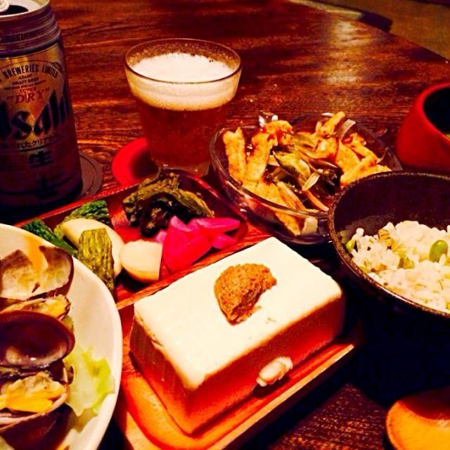 ビールを頂いたので晩酌的晩御飯。昨日の今日で早速カリカリ油揚げのサラダをリベンジ。油揚げを最後まで乗せなかったので成功。ビールと合います。浅蜊とキャベツ蒸しもビールと相性いいですがこの後ついつい日本酒に移行かも、、、(*^^*) - 19件のもぐもぐ - 浅蜊とキャベツ蒸しと自家製ピクルスとお手製生姜の梅酢漬けとふきのとうの塩漬けと豆腐の練り胡麻がけと玉ねぎと茗荷とカリカリ油揚げのサラダと発芽大豆と大麦入りご飯と青ドロ by toki69