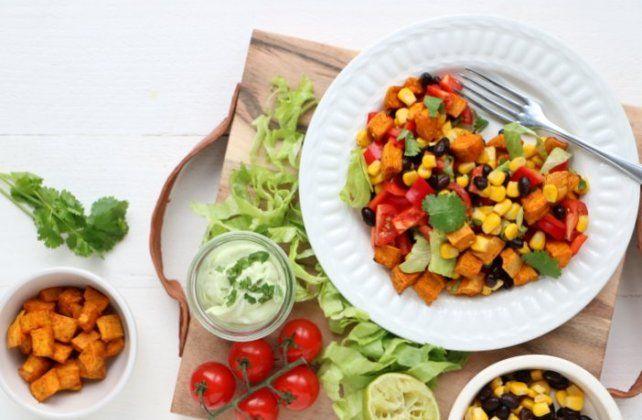 Mexicaanse zoete aardappel salade met avocadodressing