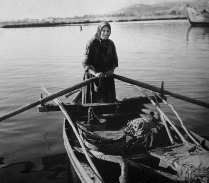 ΛΕΥΚΑΔΑ - δεκ. 1950 - ΜΙΑ ΓΥΝΑΙΚΑ ΜΕ ΤΗΝ ΒΑΡΚΑ ΤΗΣ - ΦΩΤΟΓΡΑΦΙΑ ΚΩΣΤΑΣ ΜΠΑΛΑΦΑΣ