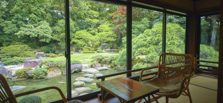 松田屋ホテル本館で人気の「沢潟(おもだか)」庭園の眺めを楽しむことができる。