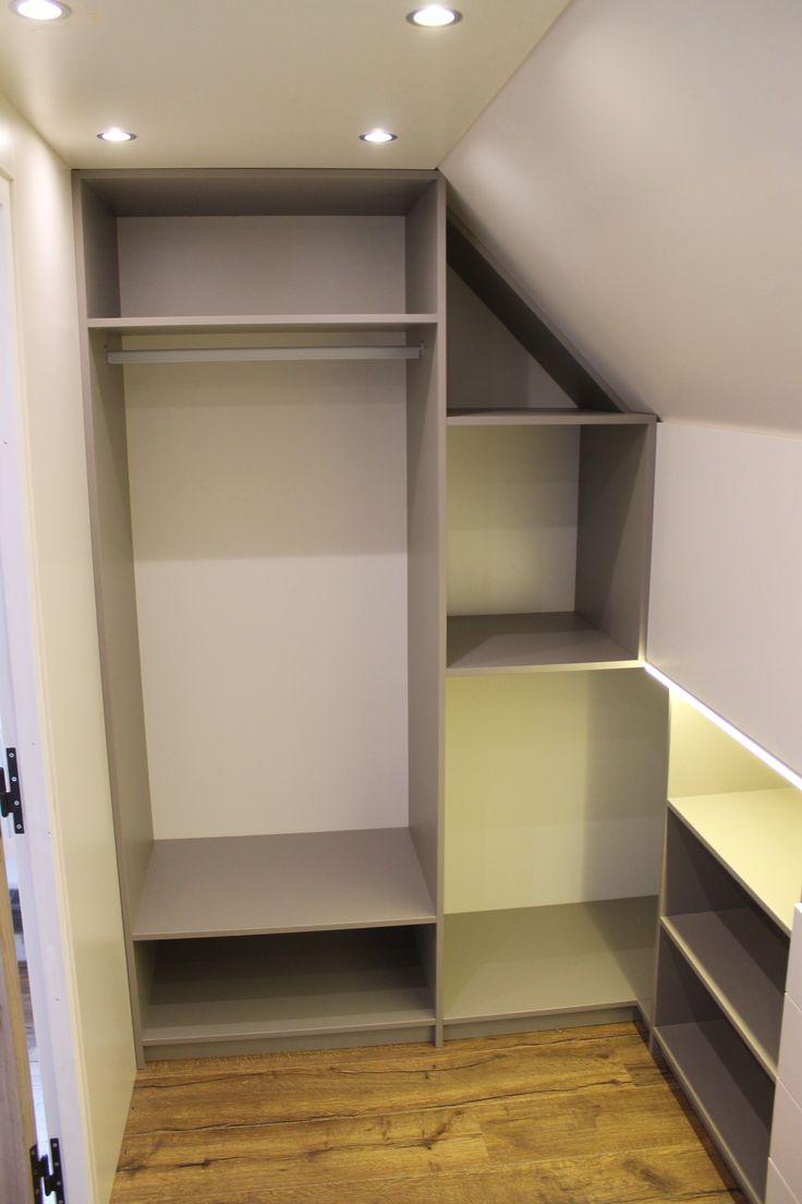 Niet zomaar een inloopkast, maar compleet gemaakt met plafond- en kastverlichting. En dat in een ruimte onder een schuin dak! #kastverlichting #inloopkast Meer informatie: www.kastenstudio.eu