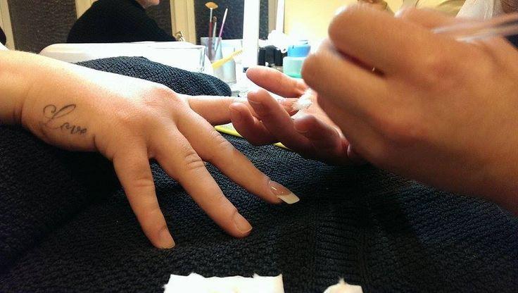 Negle kursus nu med opbygning i franske negle på skabelon. Kom og få danmarks bedste negle uddannelse, vi er parate til at lærer dig alt om negle.