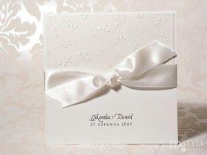 Zaproszenie ślubne SM-02 wykonane jest na papierze w kolorze kości słoniowej.