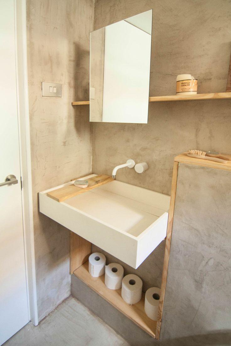 Cemento y madera - AD España, © Neus Casanova El baño, de dimensiones reducidas, está revestido por un único material de microcemento para dar homogeneidad.