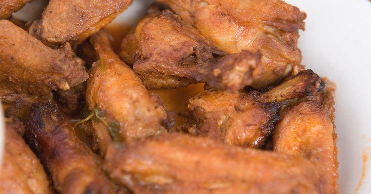 Comida que va bien con las alas de pollo . Horneadas o asadas, a la parrilla o fritas, las alas de pollo son sabrosas y divertidas de comer y no son difíciles de preparar, incluso para los cocineros novatos. sin embargo, las alas de pollo no son una comida completa, así que agrega algún platillo que vaya bien con las alas para completar la cena. Siempre prepara más alas de las que creas ...