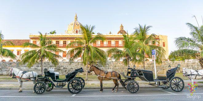 Paseo en coche o carroza por Cartagena https://blogtrip.org/visitar-calles-cartagena-de-indias-colombia/
