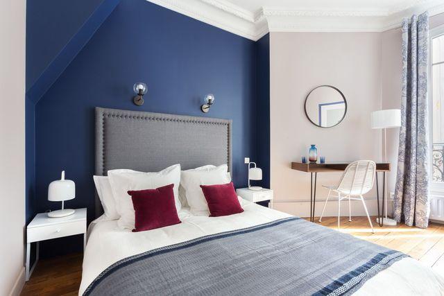 Deux nuances Farrow & Ball (Drawing Blue et Peignoir) donne du cachet à cette chambre revue par la décoratrice Catherine Plumet