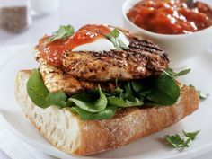 Baguette mit gebratener Hähnchenbrust und Tomatenchutney | Zeit: 30 Minuten | http://eatsmarter.de/rezepte/baguette-mit-gebratener-haehnchenbrust-und-tomatenchutney