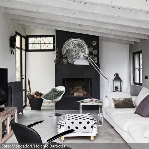 Eine Wohlfühl Oase In Einer Renovierten Scheune: Die Weiße Dachschräge  Lässt Den Raum Größer Wirken, Der Kühle Betonboden Sorgt Für Einen Urbanen  Touch.