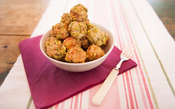 Le polpette al limone e pistacchi sono un secondo piatto di carne, realizzate con macinato di vitello e aromatizzate con zest di limone e pistacchi.