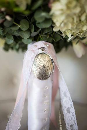 Locket attach to brides bouquet by Madison in Bloom Floral design. www.madisoninbloom.com.au https://www.instagram.com/madisoninbloom/ https://www.facebook.com/MadisoninBloom/
