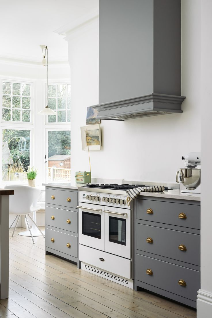 Two beautiful deVOL Shaker pan draws sit either side of this Britannia range cooker. Our brass cup handles look so wonderfully classic with the 'Lead' grey cupboards.
