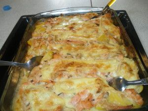TARTIFLETTE AU DEUX SAUMONS Ingrédients: -1 kg de pommes de terre -1oignon -300g de saumon frais -200g de suamon fumé -1 botte de ciboulette -1reblochon -1 pot de crème...