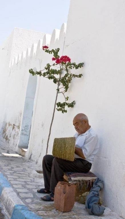 Artisanat//Village Hergla//Hergla est une ville côtière située à une vingtaine de kilomètres au nord de Sousse et rattachée au gouvernorat de Sousse. C'est une petite ville comptant 6 332 habitants en 2004. Wikipédia