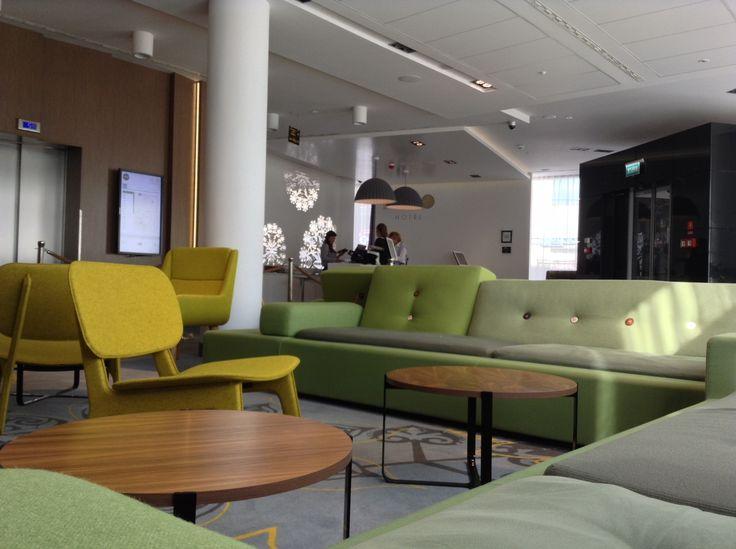 """Puro Hotel, Cracovia - Uno spazio molto accogliente e moderno con ampie poltrone in tessuto e divani con veri """"bottoni""""."""
