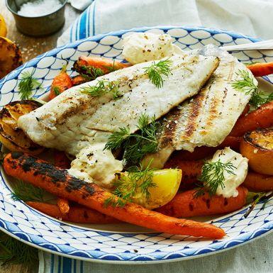 En smidig fiskrätt där mycket går att förbereda – sedan är det bara att lägga fisk och grönsaker på grillen. Den kalla varianten på hollandaise får smak av nötigt brynt smör. Genom att först lägga gösen i en rimningslag blir den perfekt i sälta och konsistens.
