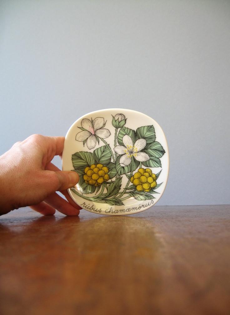 "Arabia Finland Botanica Plate - Esteri Tomula ""Rubus Chamaemorus"". $39.00, via Etsy."