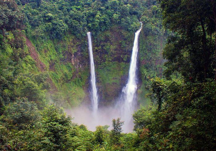 Tad Fane vandfaldene ligger i området omkring Pakse i Laos, og de falder langt ned gennem grønklædte klippevægge. Det er et imponerende syn!