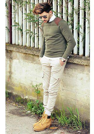 カーキニット×ホワイトパンツの着こなし(メンズ) | Italy Web