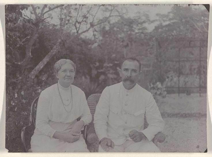 Anonymous | Echtpaar Justus Gonggrijp en Anna Rühmann-Gonggrijp op plantage Clevia, Anonymous, 1911 | Het echtpaar Justus Gonggrijp en Anna Rühmann-Gonggrijp op plantage Clevia in Suriname. Onderdeel van een groep foto's van de familie Boom-Gonggrijp in Suriname.