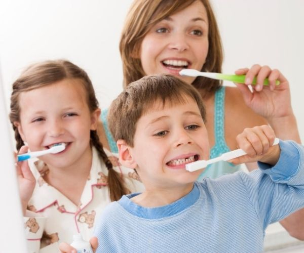 Cuando Comenzar A Cepillar Los Dientes En Los Bebés Emergency Dentist Dental Fluoride Treatment