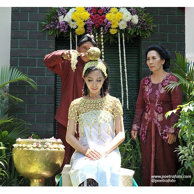 Foto Prosesi Siraman Jawa. Javanese Wedding Ceremony. Stef & Ike wedding in Yogyakarta. Wedding Photo by @Poetrafoto, http://portrait.poetrafoto.com/foto-pernikahan-dg-tata-rias-pengantin-adat-jawa-utk-siraman_518