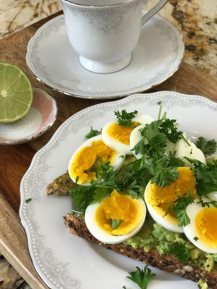 Morgonsmörgås  Jag har börjat äta en ny frukost som jag tänkte tipsa er om! Så smarrigt och nyttigt!   Här är receptet:  -1/2 avokado  -fullkornsbröd  -2 kokta egg  -lime  -persilja, salt, peppar, chili flakes  Mosa avokadon på brödet, pressa lite lime över och pudra på lite chili flakes. Kkiva kokta ägg och toppa med salt, peppar och färsk persilja.  Mums!