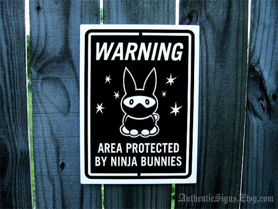 Attention zone protégée par Ninja signe de lapins Dimensions: 9 x 12 pouces. (22,9 x 30,5 centimètres) Ce signe a été fait en utilisant l'art de vinyle qui a été appliquée sur aluminium anodisé blanc au brillant de la main. Les coins ont été déposées lisses pour enlever les arêtes. Signe comprend un trou sur le haut et le bas pour accrocher facilement. Signe est imperméable à l'eau, antirouille et peut être affiché à l'intérieur ou à l'extérieur. Signe est.040 épais et est environ moitié…