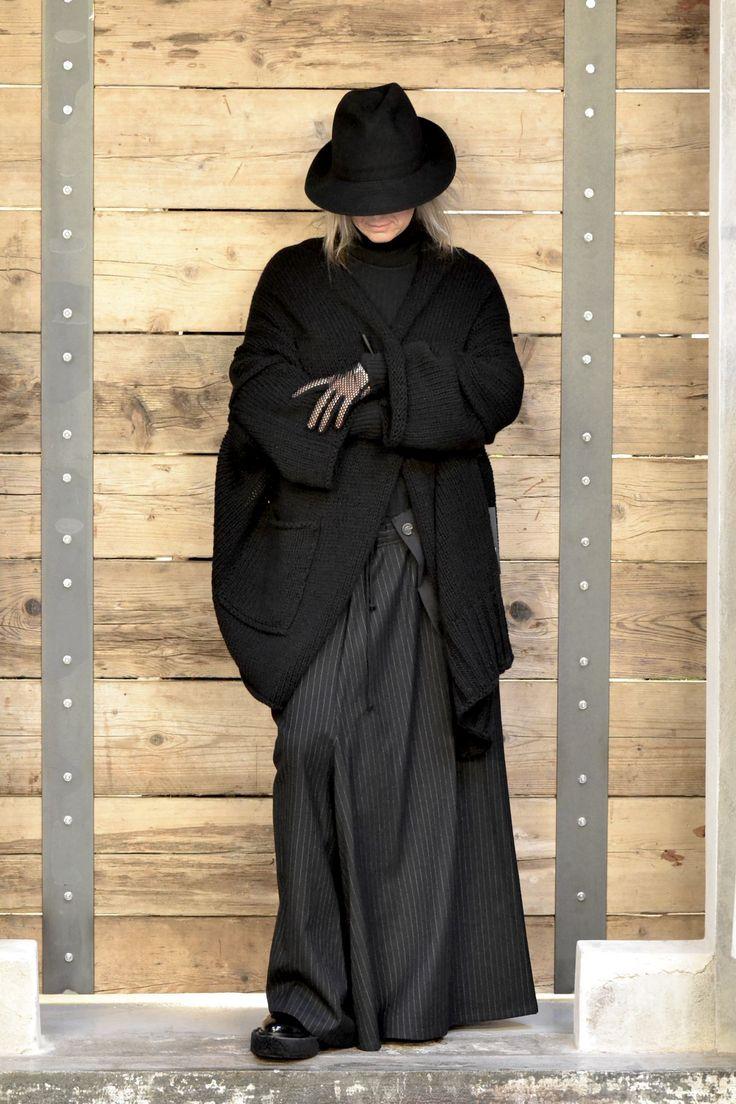 Cappello e Pantalone Yohji Yamamoto Maglia Erika Cavallini Giacca di lana Isabel Benenato Scarpe e guanti MM6 Maison Margiela